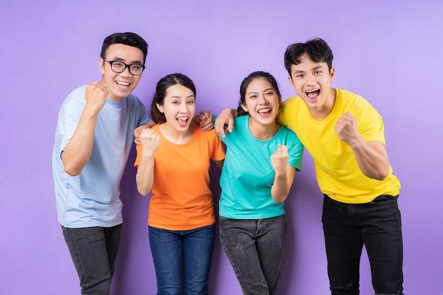 Asiatische beste freunde posieren auf lila hintergrund