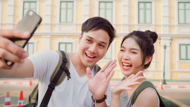 Asiatische bloggerpaare reisen in bangkok, thailand