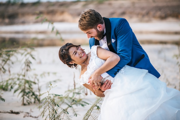 Asiatische braut und kaukasischer bräutigam haben romantische zeit und glücklich zusammen