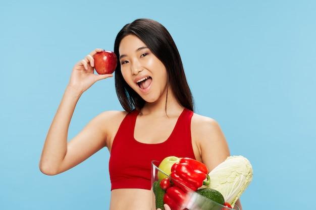 Asiatische dame mit obst und gemüse