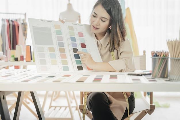 Asiatische designerfrau, die schatten vergleicht