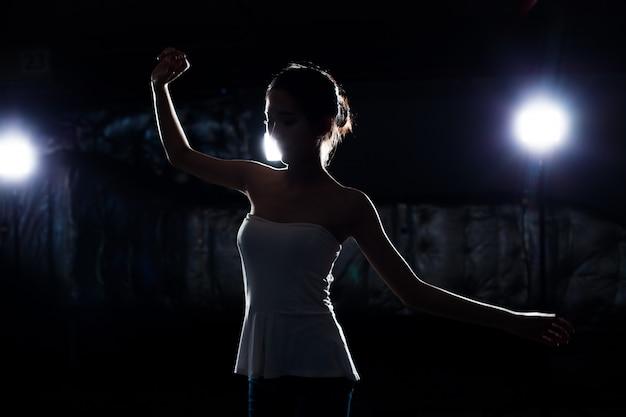Asiatische eignungsfrauenaufwärmballett-tanzausdehnung