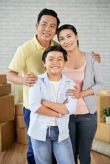 Asiatische familie, die auf neue wohnung umzieht