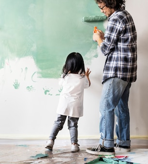 Asiatische familie, die das haus erneuert