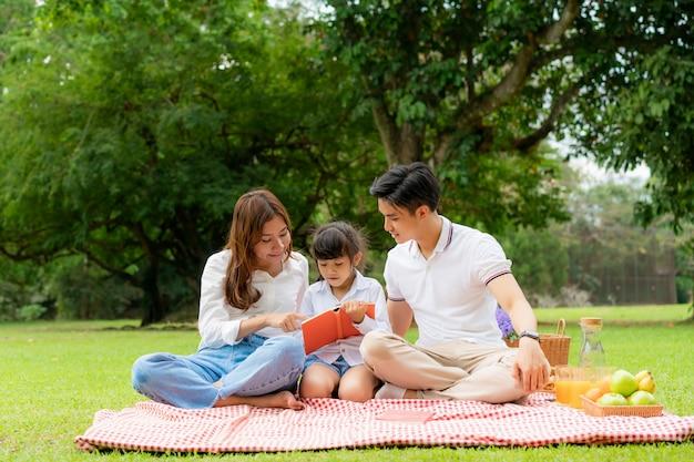 Asiatische familie, die ein picknick im park hat