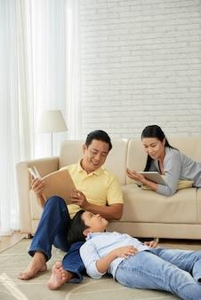 Asiatische familie, die freizeitaktivitäten genießt