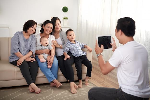 Asiatische familie, die für portrait aufwirft