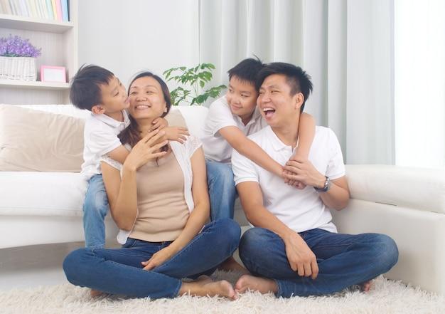Asiatische familie, die spaß zu hause hat