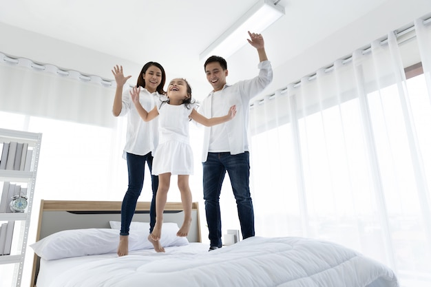 Asiatische familie glücklich im haus. familienfreizeitaktivitäten