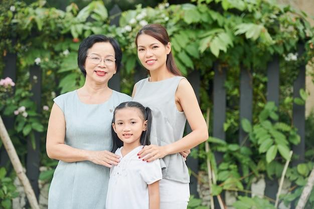 Asiatische familie im freien