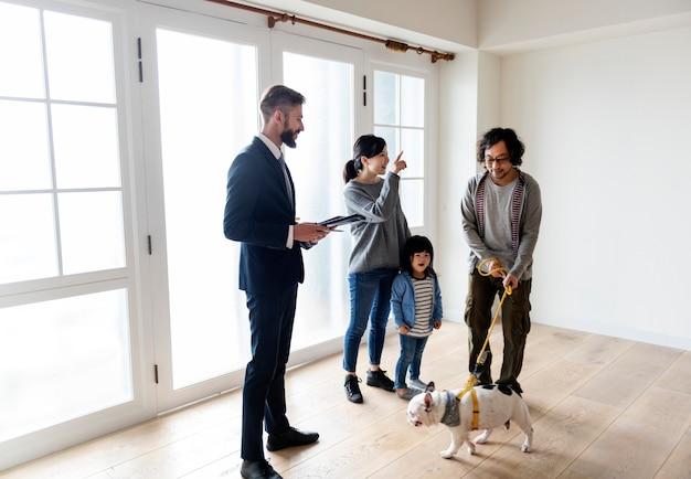 Asiatische familie kauft ein neues haus