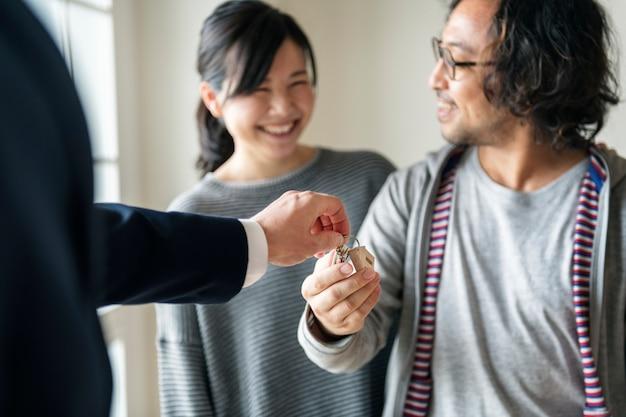 Asiatische familie kauft neues haus