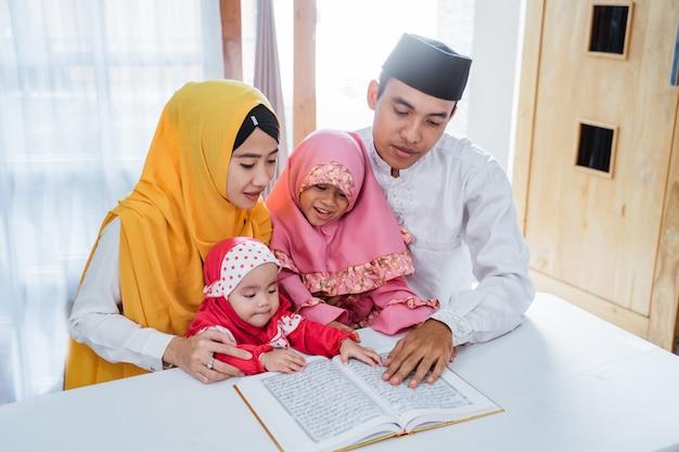 Asiatische familie liest gemeinsam den koran