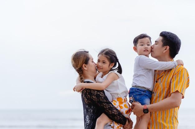 Asiatische familie niedlich reizend im freien zusammen mit weiß