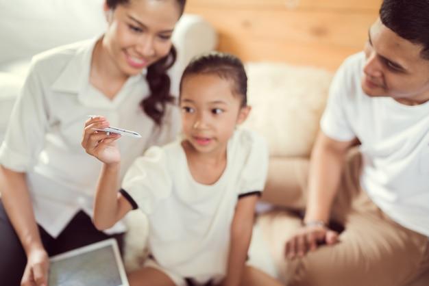 Asiatische familie plant auf der ganzen welt. das bildfokus-flugzeug trug ein kind.