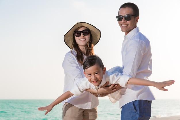 Asiatische familie spielt am strand