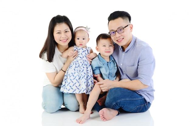 glückliche asiatische junge familienhausbesitzer kauften