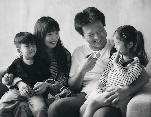 Asiatische familienglückzusammengehörigkeit zu hause