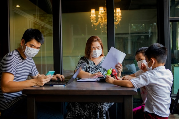 Asiatische familienquarantäne zu hause, während corona-virus, covid-19-infizierte periode