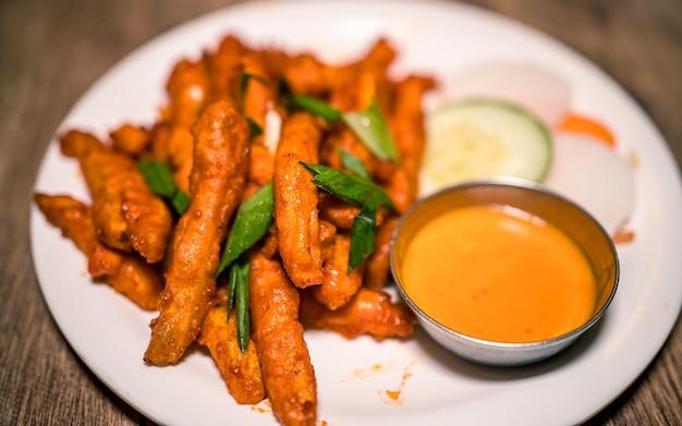 Asiatische fast food würzige gegrillte kartoffeln und gemüse in kathmandu nepal