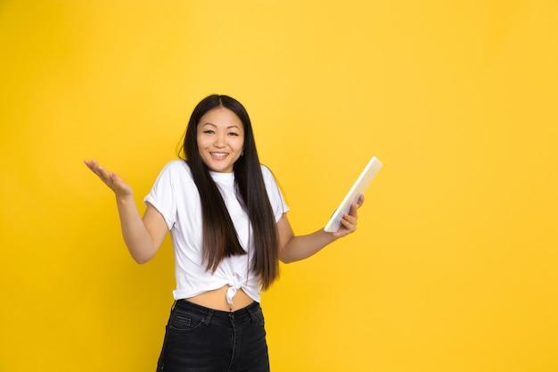 Asiatische frau auf gelb, emotionen
