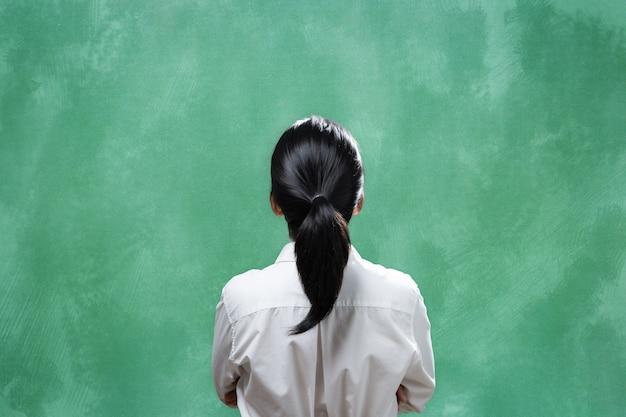 Asiatische frau der hinteren ansicht mit leerer tafel