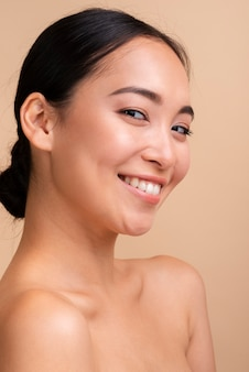 Asiatische frau der nahaufnahme mit breitem lächeln