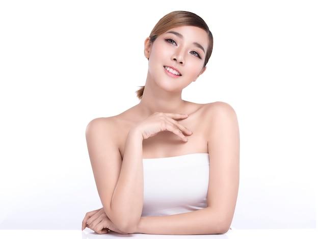 Asiatische frau der schönheit mit perfekter gesichtshaut.