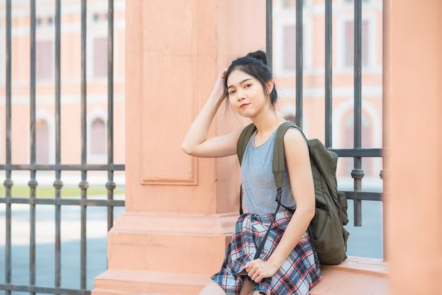Asiatische frau des reisenden, die in bangkok, thailand reist und geht