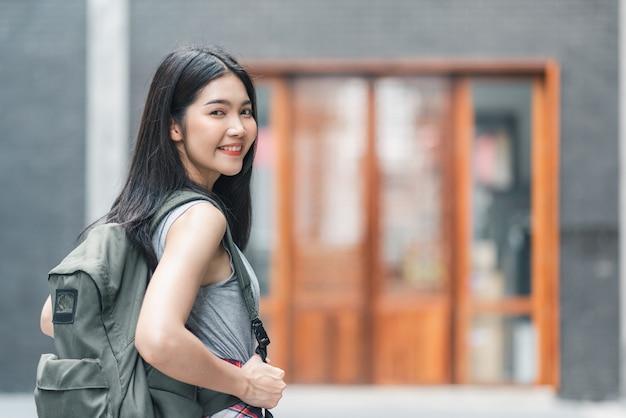 Asiatische frau des reisenden, die in peking, china reist und geht