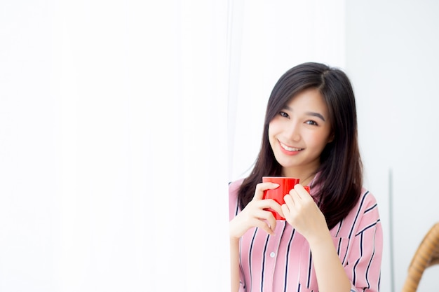 Asiatische frau des schönen porträts mit getränk ein tasse kaffee