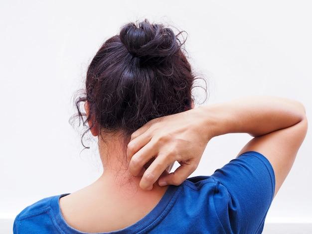 Asiatische frau, die am hals mit juckreiz auf der haut von dermatitis kratzt.