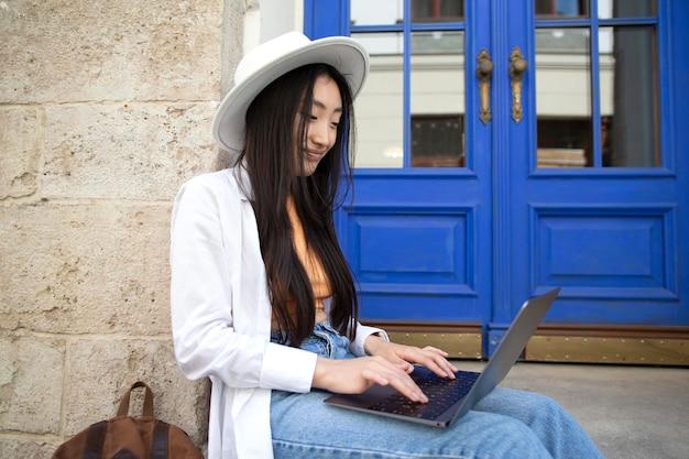 Asiatische frau, die an einem lokalen ort reist