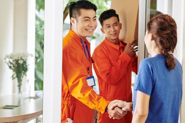 Asiatische frau, die arbeiter grüßt