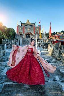 Asiatische frau, die chinesische traditionelle kleidung an der chinesischen kultur baan santichon yunnan in pai, provinz mae hong sohn, thailand trägt