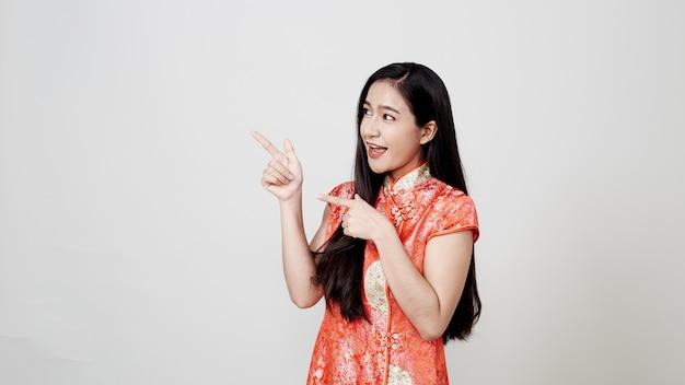 Asiatische frau, die chinesisches traditionelles kleid trägt