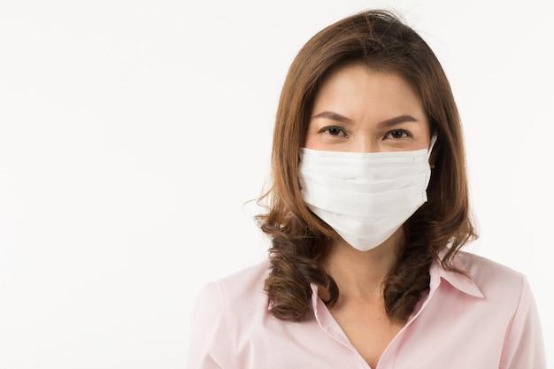 Asiatische frau, die chirurgische maske trägt