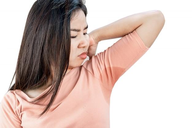 Asiatische frau, die das problem hat, achselhöhlen zu schwitzen
