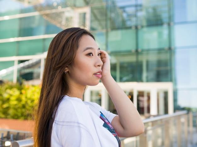 Asiatische frau, die die straße glücklich geht