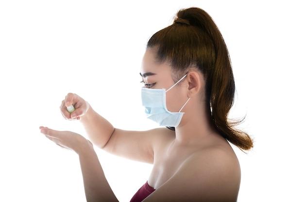 Asiatische frau, die eine medizinische maske n95 aufsetzt