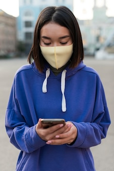 Asiatische frau, die eine medizinische maske trägt