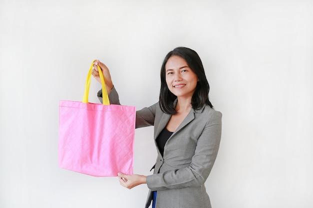 Asiatische frau, die eine rosa tasche hält