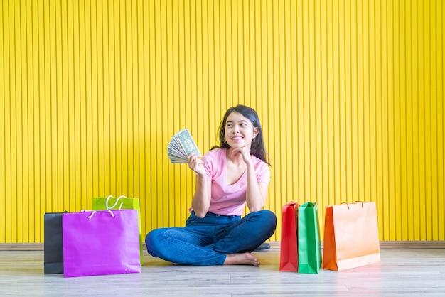 Asiatische frau, die einkaufstaschen hält