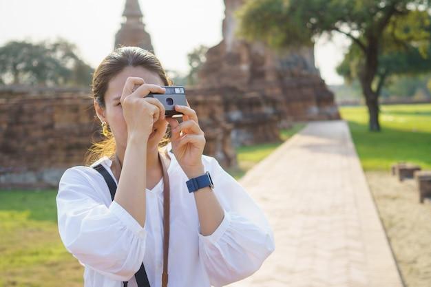 Asiatische frau, die fotografiert und reist