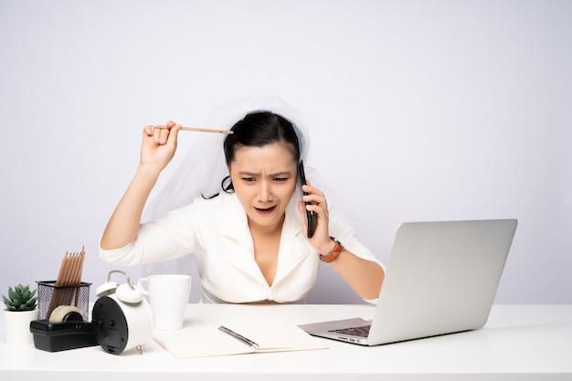 Asiatische frau, die harte überstunden im büro macht, beschäftigte geschäftsfrau überarbeitet, ehe mit der arbeit.