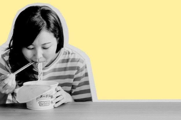 Asiatische frau, die instantnudeln während der coronavirus-quarantäne isst