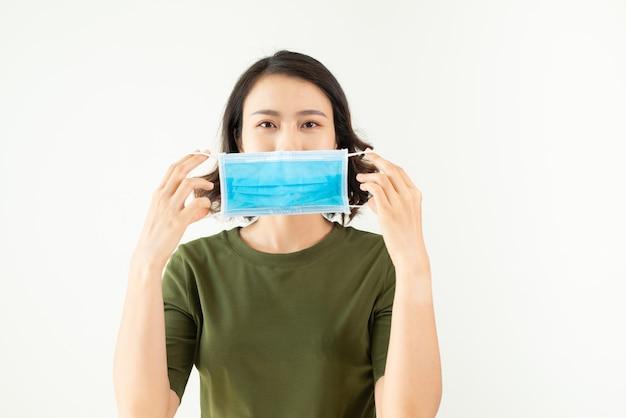 Asiatische frau, die maske tp trägt, verhindern staub und coronavirus.