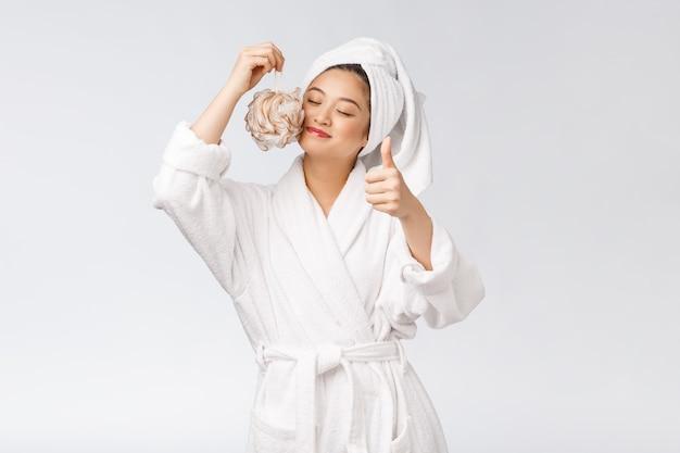 Asiatische frau, die mit dem duschstudio-konzept glücklich ist
