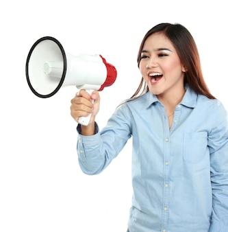 Asiatische frau, die mit einem megaphon schreit