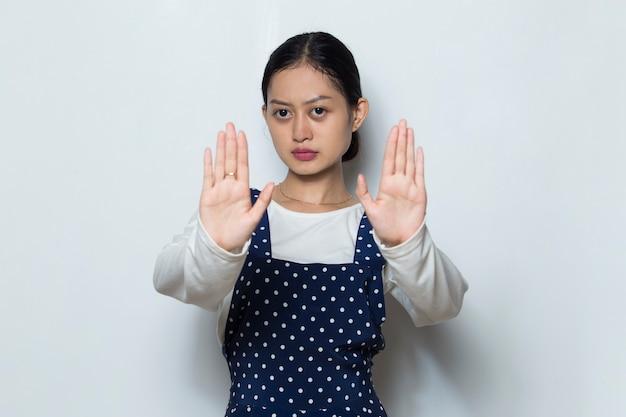 Asiatische frau, die mit ihrer hand stoppgeste macht